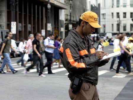 SÃO PAULO-SP, 08/08/2011 - CIDADES - NA FOTO: Agente da CET preenche multa de carro que desrespeitou a faixa de pedestre na Rua Líbero Badaró. CET começa a multar motorista que desrespeitar os pedestres no centro de São Paulo. A partir desta segunda-feira (8), o motorista que desrespeitar os pedestres na região central da capital paulista poderá ser multado pela CET (Companhia de Engenharia e Tráfego).  Com as infrações, o condutor pode levar de três a sete pontos na carteira e multas de até R$ 191,53. A medida faz parte de uma campanha de proteção ao pedestre que foi lançada em maio deste ano e pretende intensificar a fiscalização e multas, já que o Código Brasileiro de Trânsito já prevê punições há 10 anos. A ação será intensificada no centro de São Paulo até a região da avenida Paulista, em uma área de 14 quilômetros quadrados. FOTO: AYRTON VIGNOLA/AE